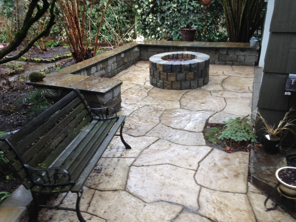 Rosetta Pavers with Highland free standing sitting wall, capped with Flagstone and Fire Pit